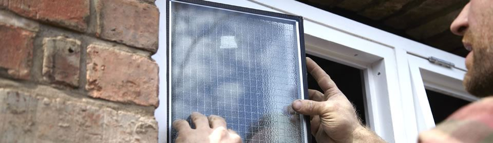 glaszetter plaatst raam